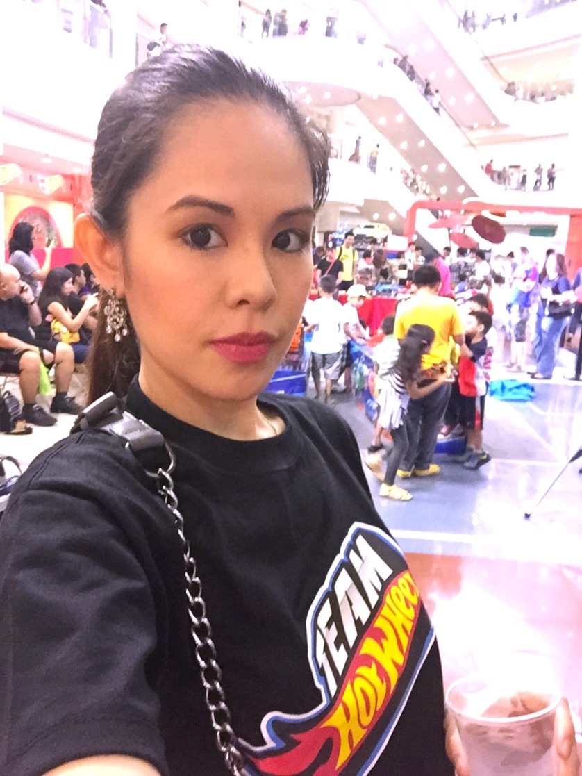 MARY VIERNES T SHIRT SELFIE HOT WHEELS